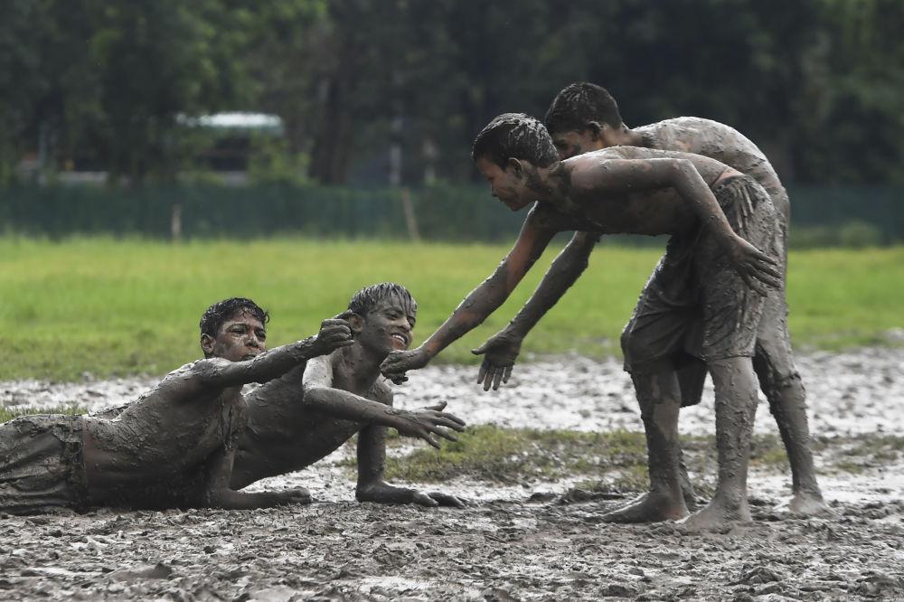 Děti soutěžící v kabadi (týmový sport původem z jižní Asie, pozn. red.) v bahně, Kalkata.