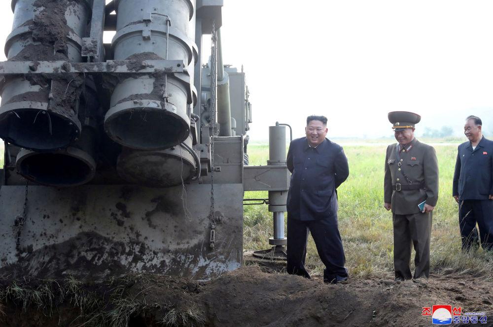 Severokorejský vůdce Kim Čong-un se účastní testování víceúčelového odpalovače raket.
