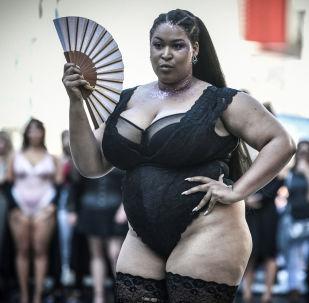 Modelka s vějířem na akci All Sizes Catwalk v Paříži