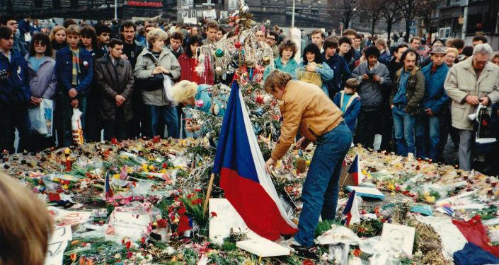 Václav Havel a demonstranti během sametové revoluce v Československu, rok 1989