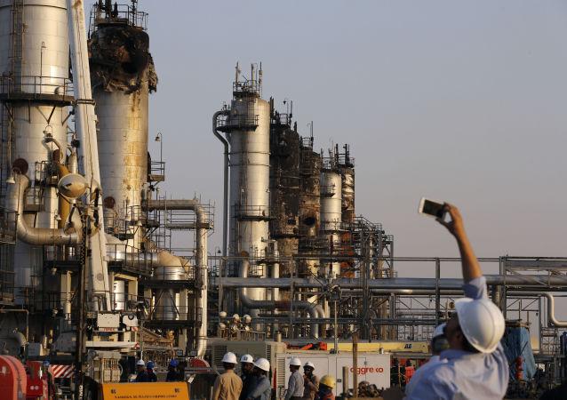 Následky útoku na ropné rafinérie v Saúdské Arábii