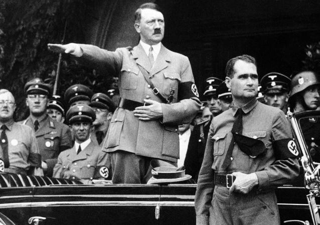Adolf Hitler a Rudolf Hess na vojenské přehlídce v Berlíně, 1938