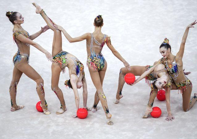 Ruský tým provádí cvičení s pěti míči ve finále skupinového programu na mistrovství světa v rytmické gymnastice v Baku v roce 2019.
