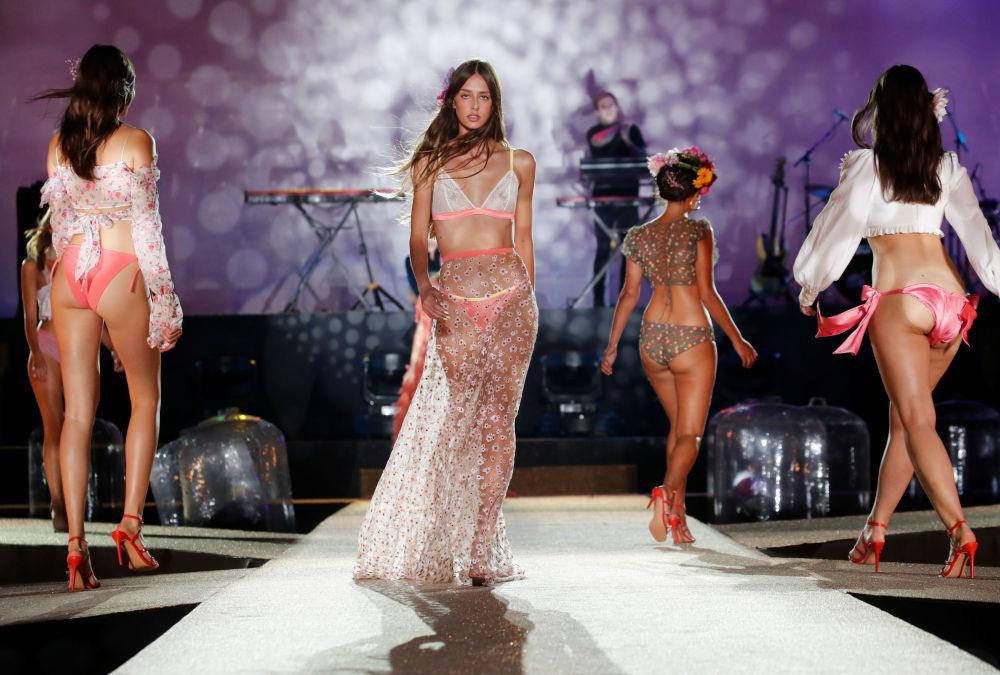 Modelky během Etam Live Show Lingerie během týdne módy v Paříži