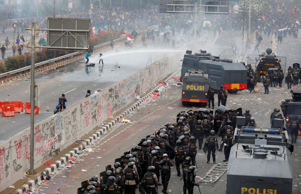 Policie používá vodní dělo na protest studentů vedle budovy parlamentu v indonéské Jakartě