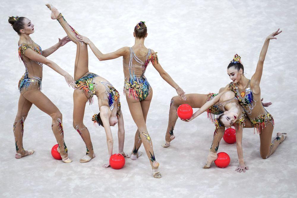 Ruský tým provádí cvičení s pěti míči ve finále skupinového programu na mistrovství světa v rytmické gymnastice v Baku v roce 2019