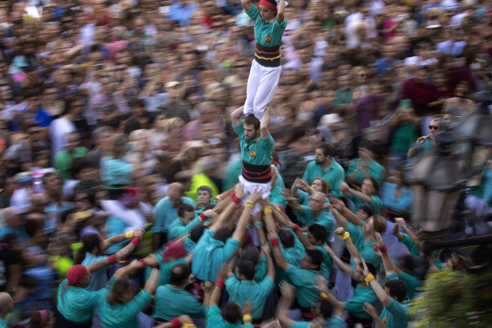 Lidská věž na festivalu La Merce v Barceloně, Španělsko