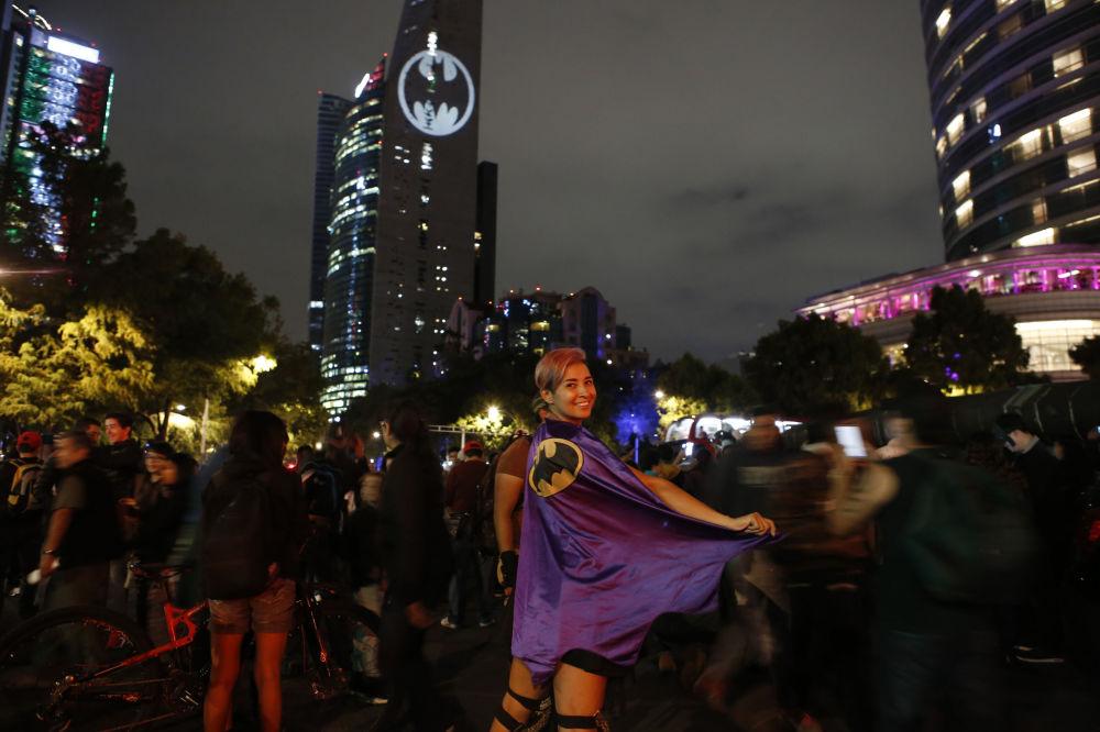 Stephanie Salgado v plášti na festivalu věnovaném 80. výročí Batmana