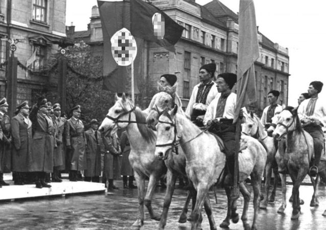 Přehlídka ukrajinských nacionalistů ve Stalinslavu (nyní Ivano-Frankivsk, Ukrajina). Archivní foto z roku 1941