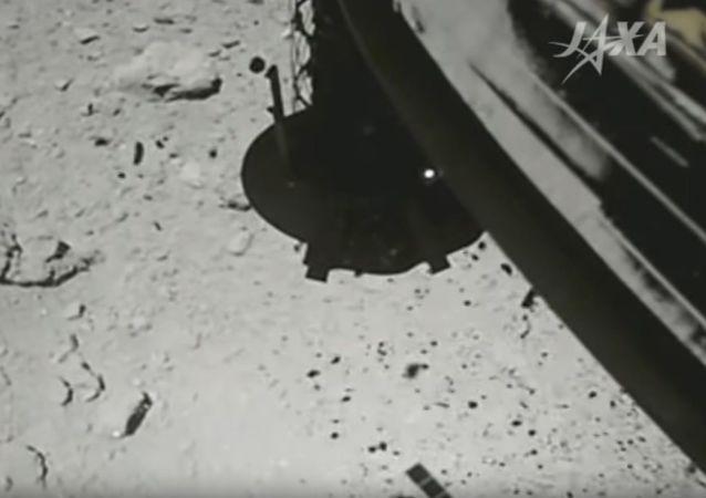 Hajabusa 2 dosedla na asteroid Ryugu