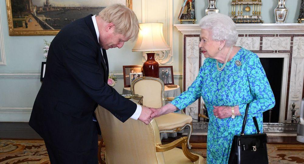 Boris Johnson a Alžběta II