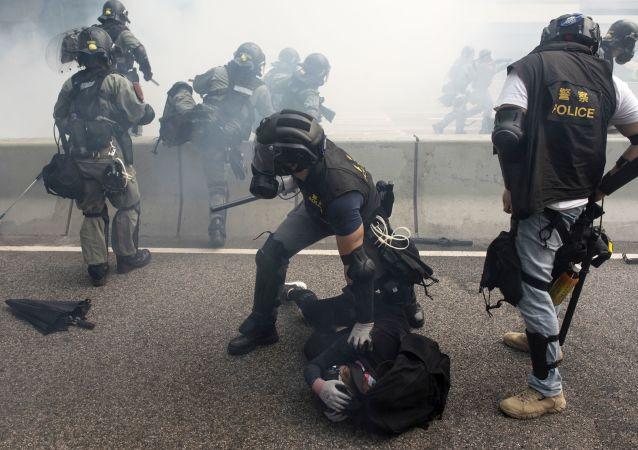 Policisté zasahují proti demonstrantům v Hongkongu