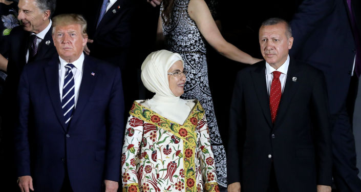 Americký prezident Donald Trump spolu s tureckým prezidentem Recepem Erdoganem a jeho chotí Emine na společném focení na summitu G20 v Japonsku (28. 6. 2019)