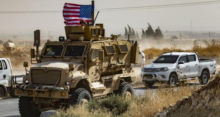 Američtí vojáci na obrněném vozidle na okraji města Sari Kani v syrské provincii Hasaka (6. 10. 2019)