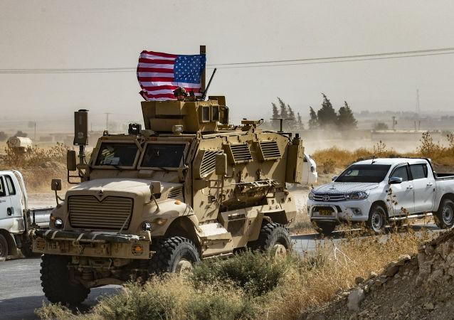 Američtí vojáci na obrněném vozidle
