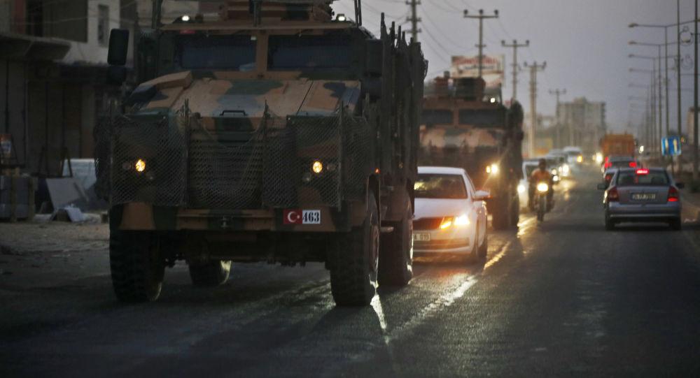 Turecký konvoj vojenských vozidel v ulicích pohraničního města Akçakale v Turecku