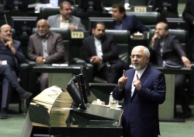 Ministr zahraničních věcí Íránské islámské republiky Mohammad Džavad Zarif v parlamentu, 2018