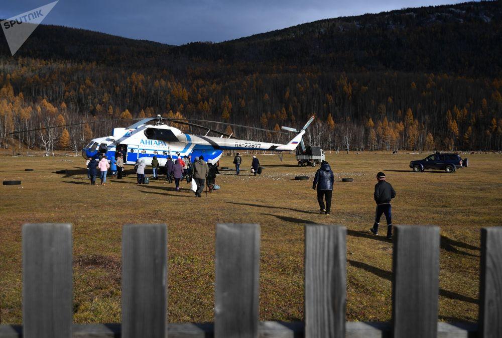 Mi-8 vrtulník společnosti Angara Airlines na letišti obce Alygdžer v Irkutské oblasti