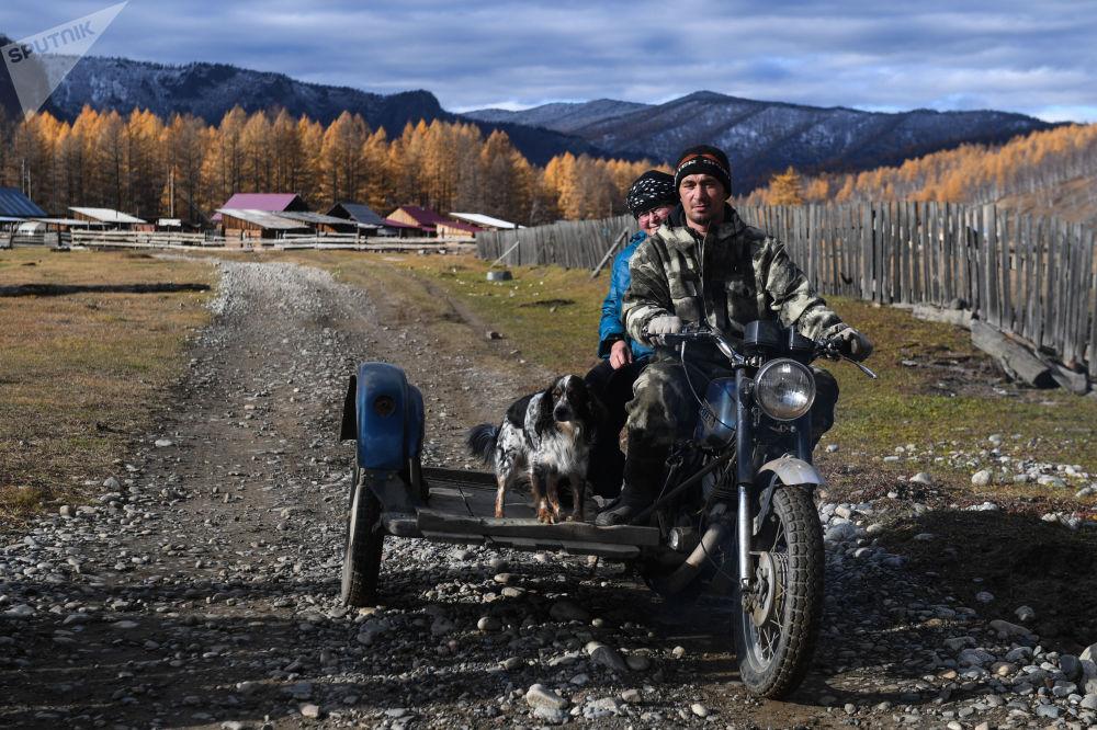 Místní obyvatel na motocyklu