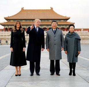 Prezident USA Donald Trump a americká první dáma Melania navštěvují Zakázané město s čínským prezidentem Si Ťin-pchingem a první dámou Číny Peng Liyuan