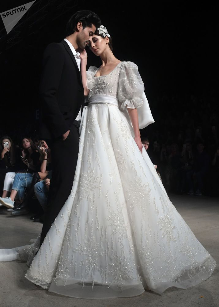 Modelka předvádí model z kolekce Speranza Couture módní návrhářky Naděždy Jusupové na Týdnu módy Mercedes-Benz v Moskvě.