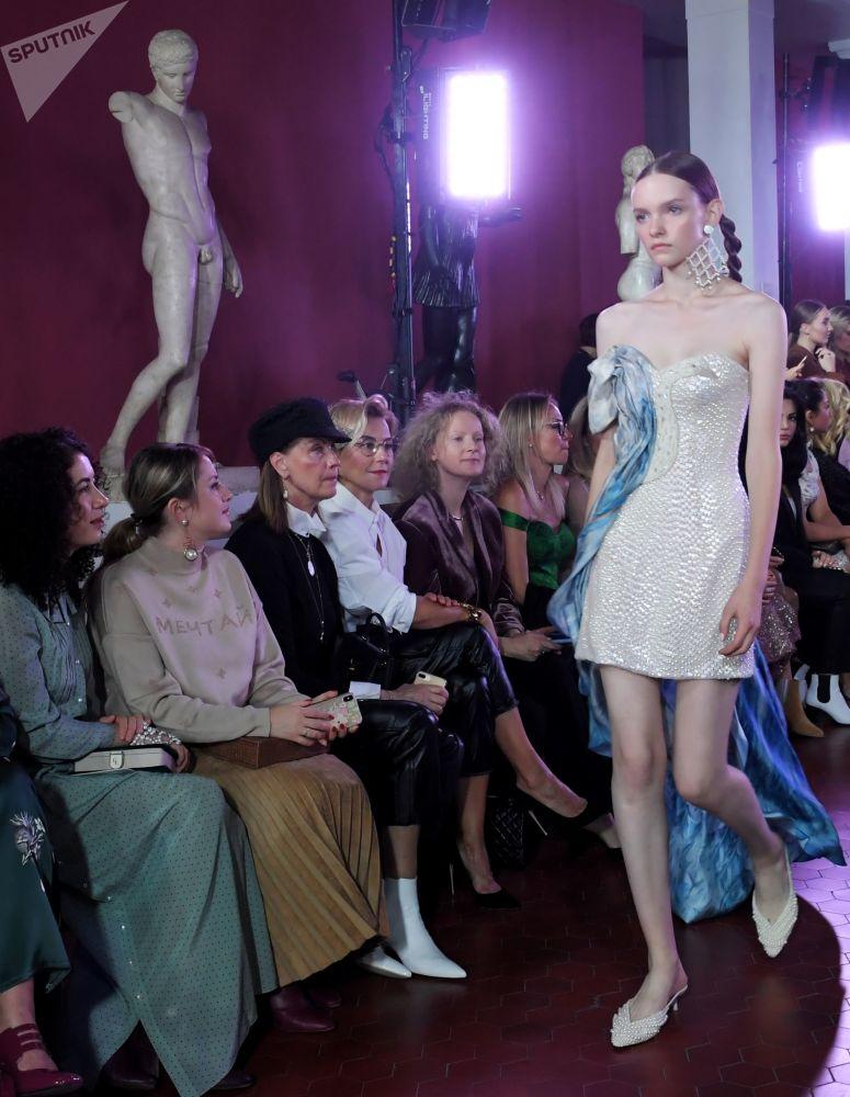 Modelka předvádějící model z kolekce módní návrhářky Aleny Achmadulliny na Týdnu módy Mercedes-Benz v Moskvě.