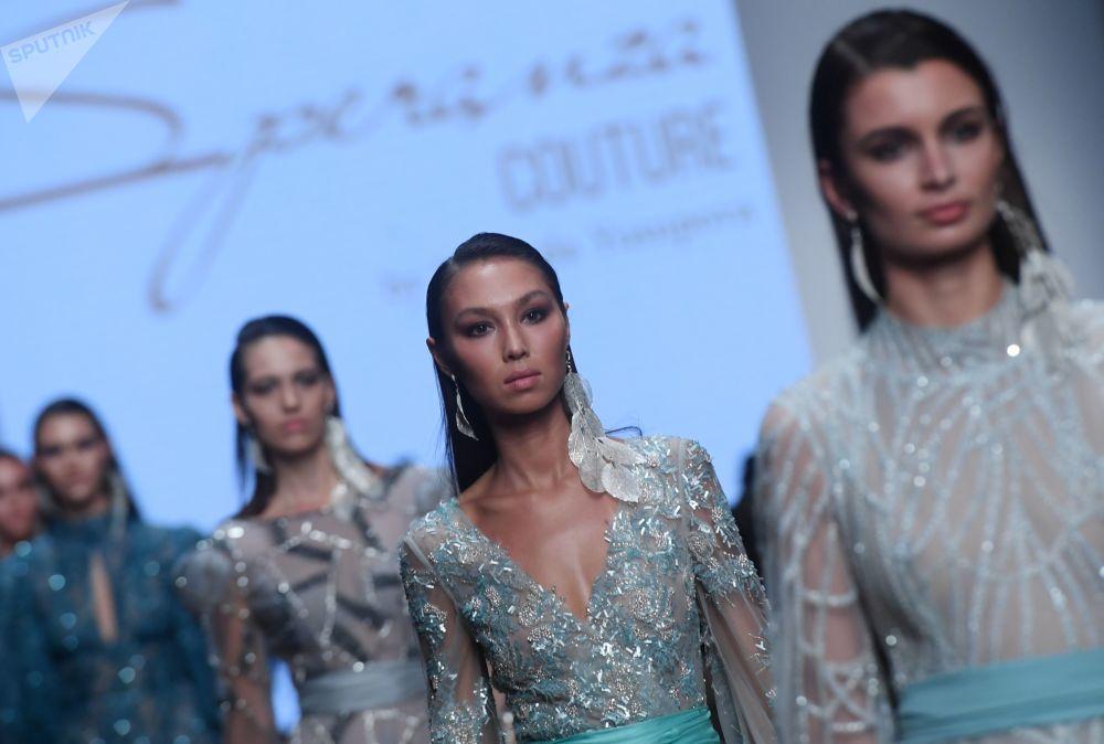 Modelky předvádí modely z kolekce Speranza Couture módní návrhářky Naděždy Jusupové na Týdnu módy Mercedes-Benz v Moskvě.