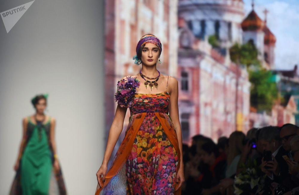 Modelka předvádějící model z kolekce s názvem Moskva a obyvatelé Moskvy, od módního návrháře Vjačeslava Zajceva na Týdnu módy Mercedes-Benz v Moskvě.