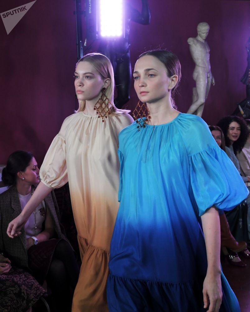 Modelky předvádějící modely z kolekce módní návrhářky Aleny Achmadulliny na Týdnu módy Mercedes-Benz v Moskvě.