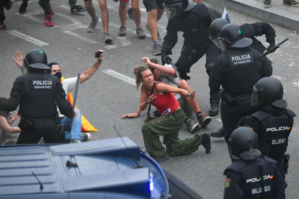 Střetnutí protestujících se španělskými policisty vedle letiště El Prat v Barceloně.