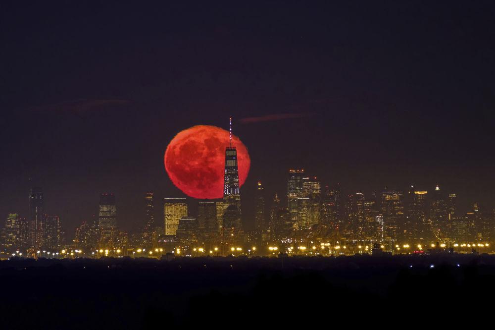 Rudý měsíc nad mrakodrapy v New Yorku.