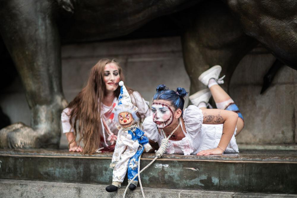 Účastníce Zombie Walk v Paříži.