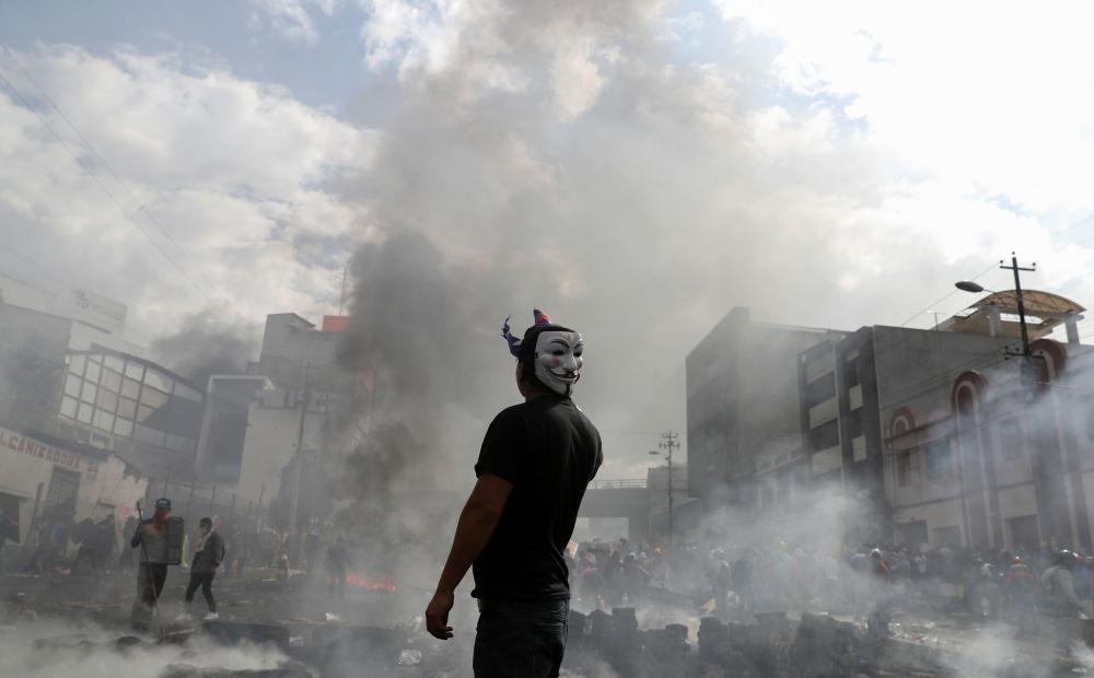 Protestant na mítinku v Ekvádoru.