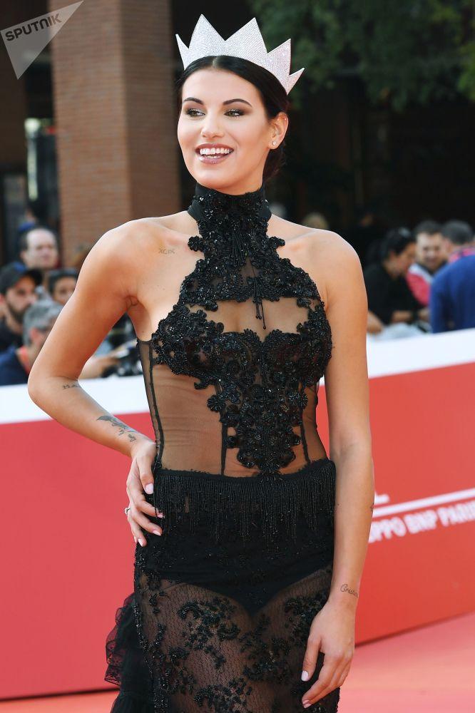 Miss Itálie Carolina Stramareová před lekcí Johna Travolty na 14. mezinárodním filmovém festivalu v Římě.