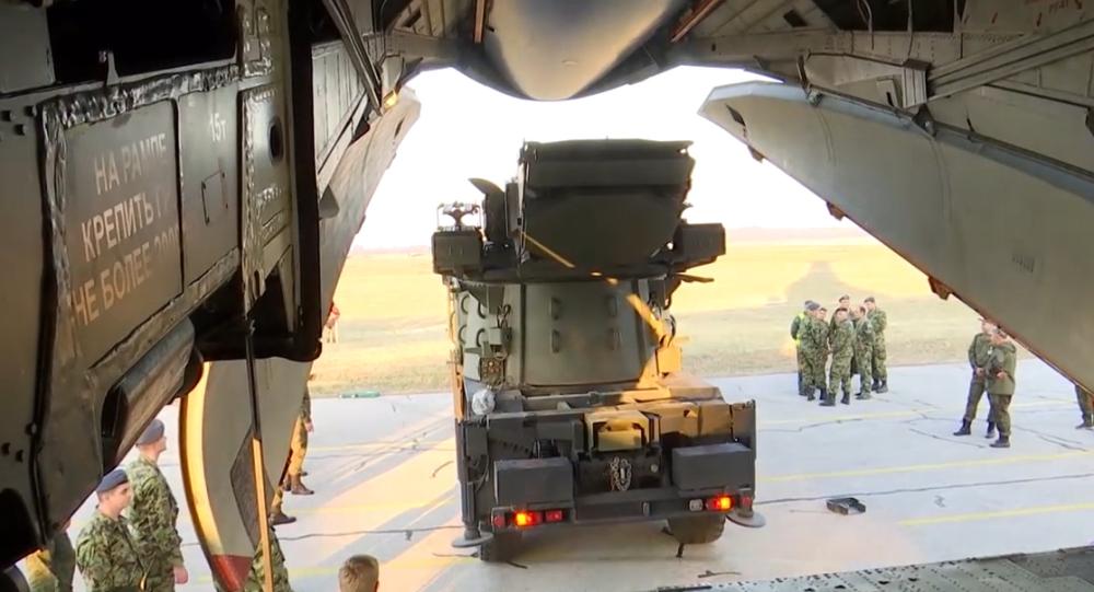 Video:  Vojenská spolupráce nadále posiluje. Rusko přemisťuje raketové systémy S-400 Triumf a Pancir-S1 na území Srbska
