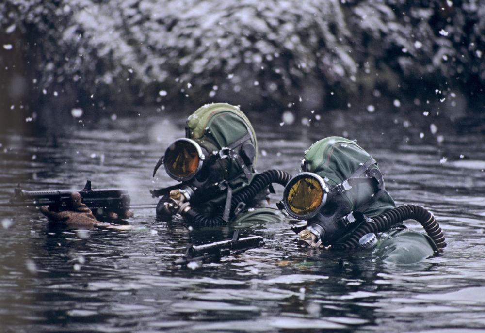 Příslušníci diverzní skupiny ruských speciálních jednotek plní úkol v Barentsově moři.