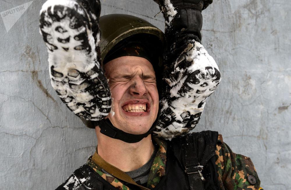 Zkoušky na právo nošení rudého baretu mezi příslušníky speciálních sil regionálního velení vnitřních vojsk Ministerstva vnitra RF.