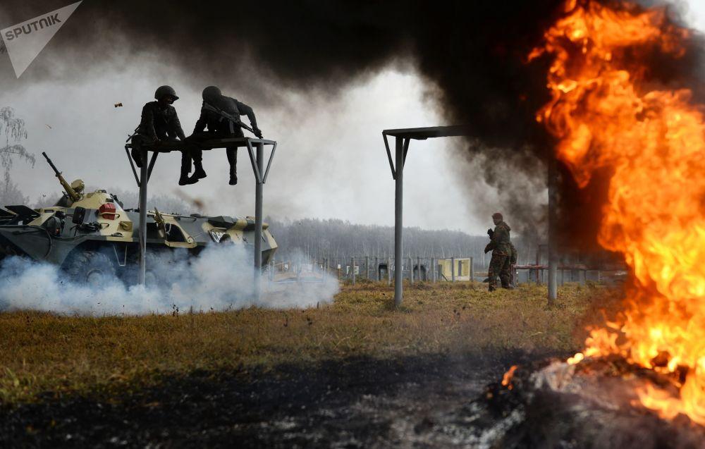 Zkoušky na právo nošení rudého baretu mezi příslušníky speciálních sil Sibiřského okruhu Ruské národní gardy v Novosibirské oblasti.