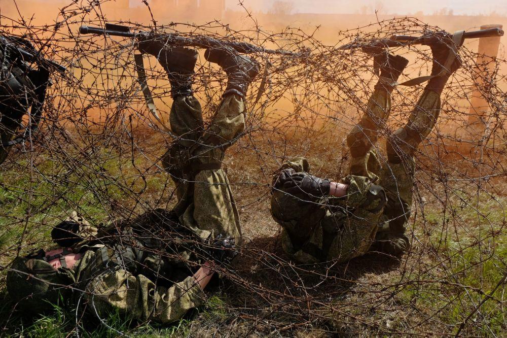 Zkoušky na právo nošení modrého baretu mezi příslušníky speciálních sil Centrálního vojenského okruhu v Samarské oblasti.