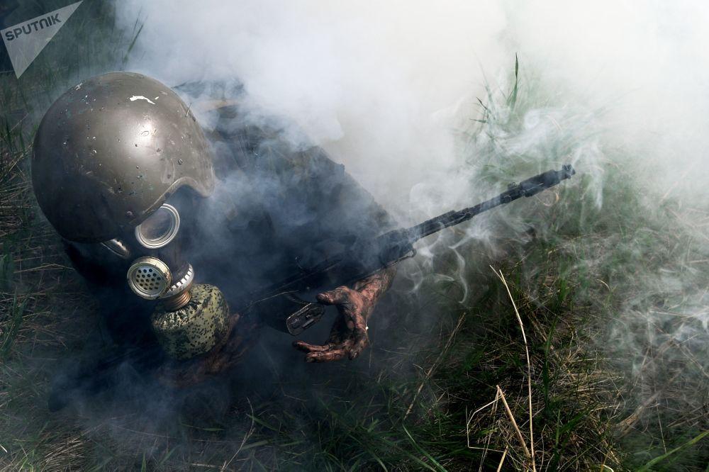 Zkoušky na právo nošení rudého baretu mezi příslušníky speciálních sil Sibiřského okruhu Ruské národní gardy.