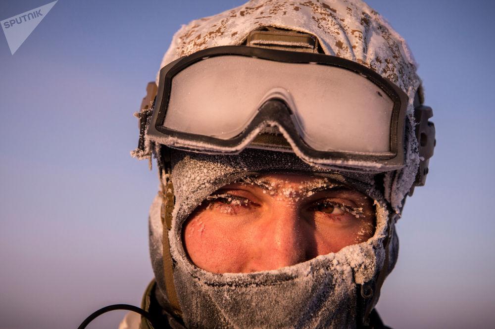 Příslušník jednotky speciálních sil Ministerstva vnitra Čečenské republiky během cvičení v oblasti Severního pólu.