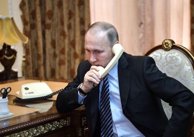 Putin a Macron projednali rusko-tureckou dohodu