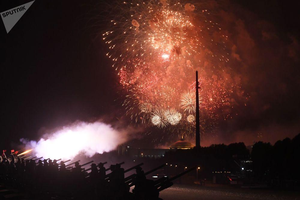 Ohňostroj při příležitosti oslav 75. výročí osvobození Bělehradu od nacistické okupace.