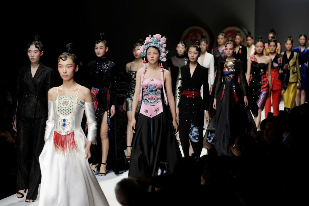 Módní přehlídka designéra Hao Weimina, zakladatele značky David Sylvia, v Pekingu během China Fashion Week.