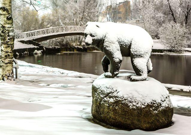 Socha medvěda na březích řeky Neglinka v Petrozavodsku.