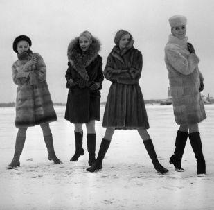 Modelky předvádí módní kolekce z ruských kožešin z roku 1968.