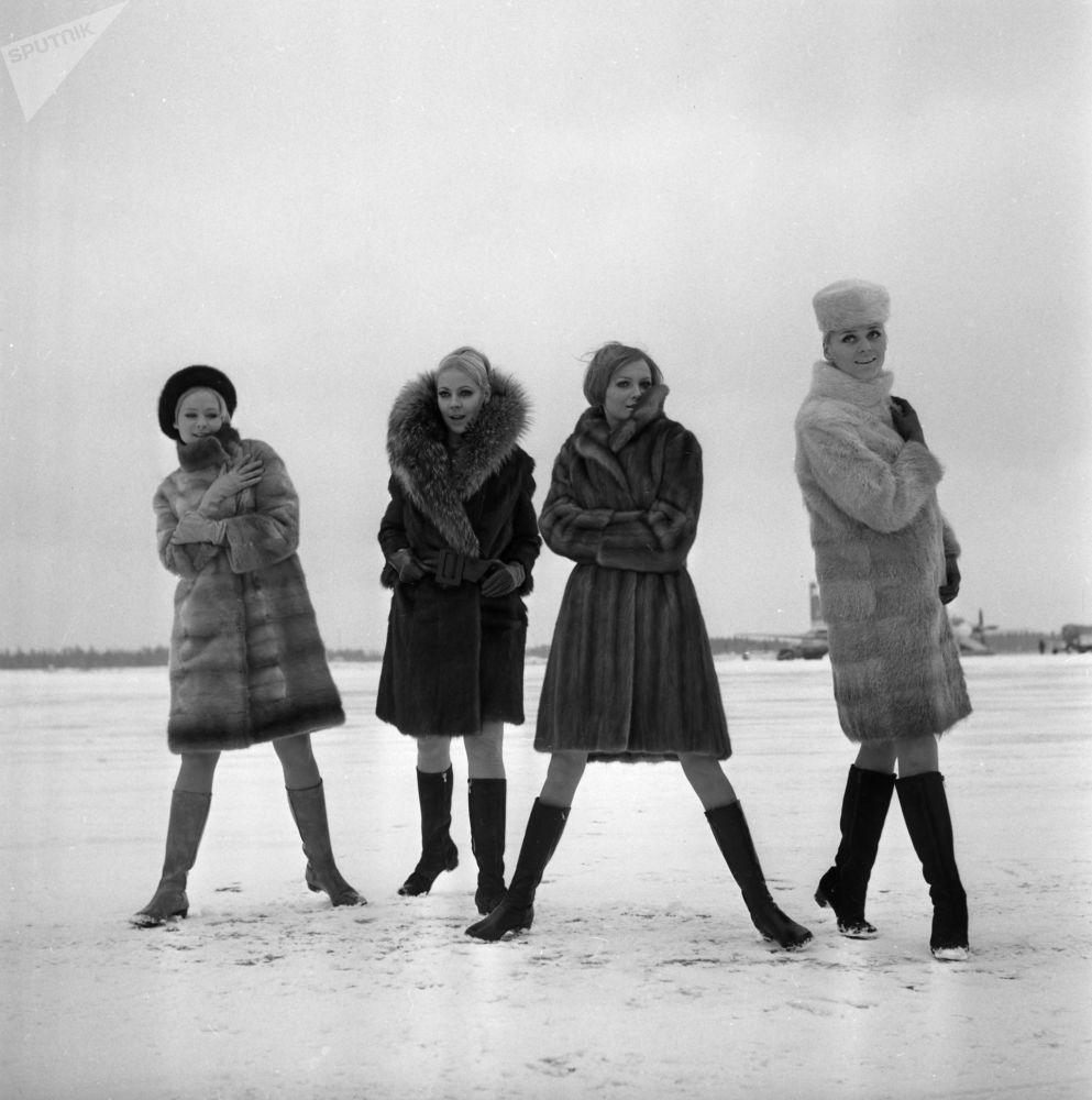 Modelky předvádí módní kolekce z ruských kožešin z roku 1968