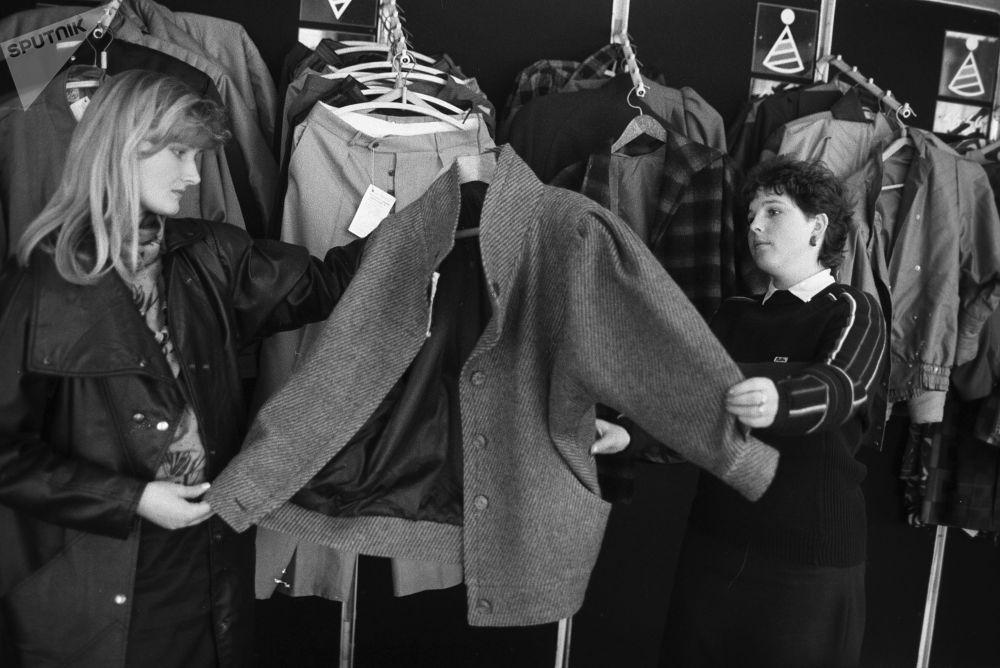 Oddělení dámského oblečení v obchodním centru, 1988.