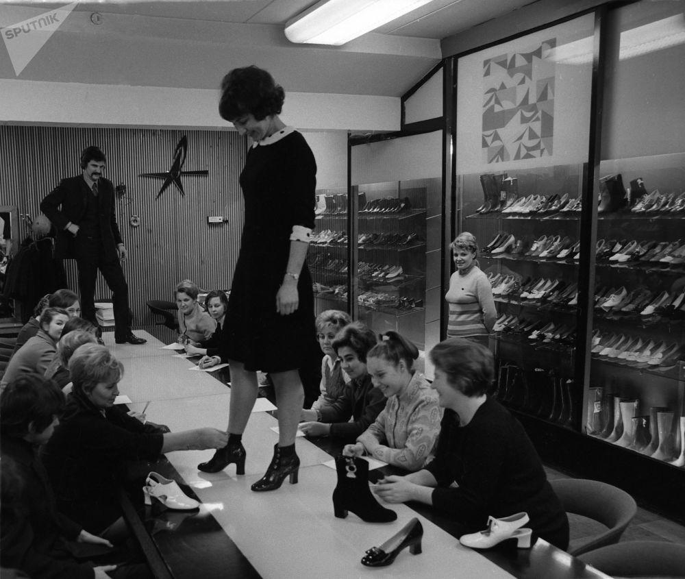 Ukázka nové kolekce podzim-zima v Moskevské továrně na boty Pařížská komuna, 1972.
