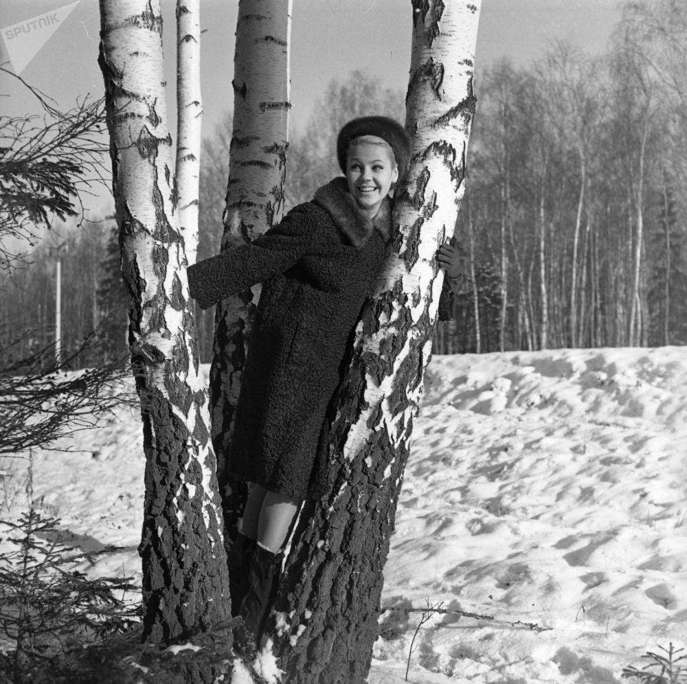Sovětská modelka Regina Zbarskaja předvádí kožich z karakulské ovce s norkovým límcem.